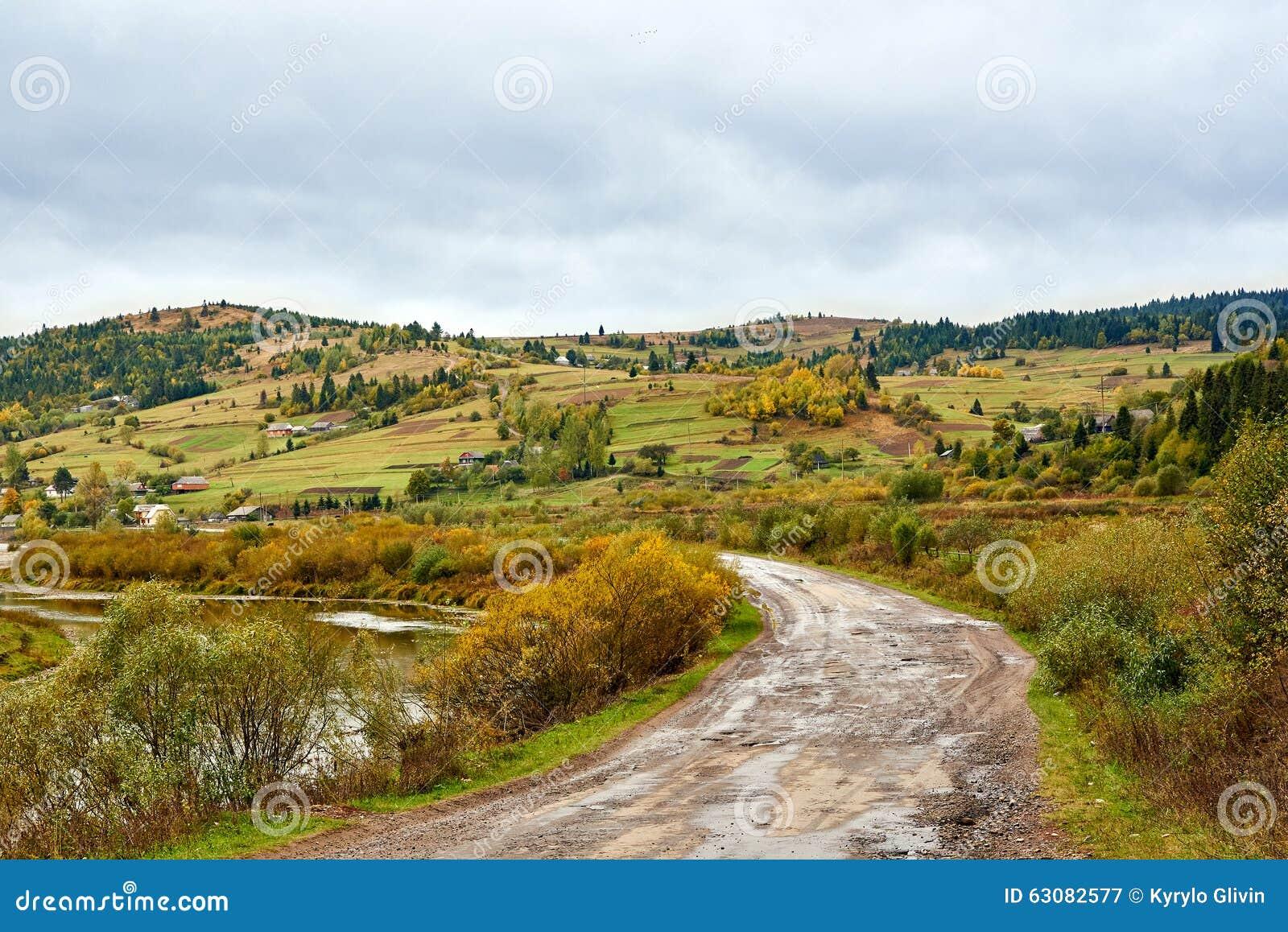 Download Paysage De Village De Pays De Montagne Avec Les Nuages Et Le Ciel Bleu Image stock - Image du ressort, été: 63082577