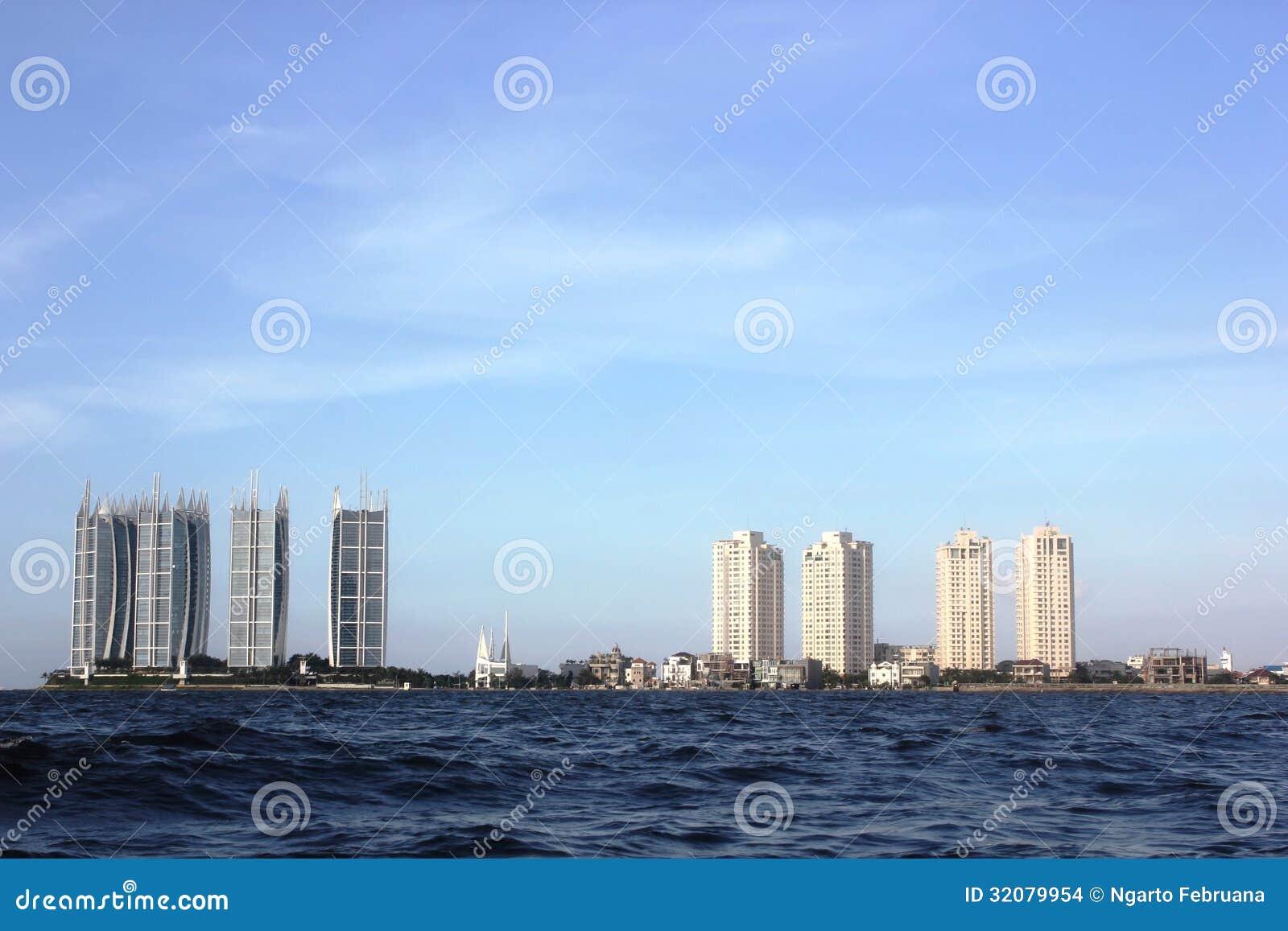 Paysage de ville de jakarta par la mer image stock for Paysage de ville