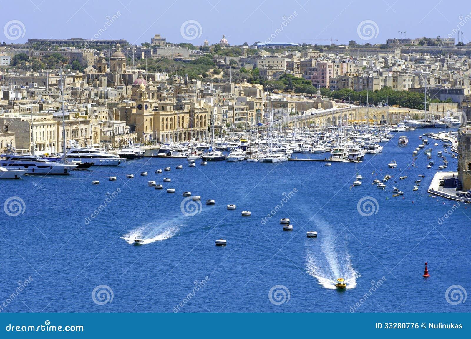 Paysage de ville sur le bord de la mer malte photo stock for Paysage de ville