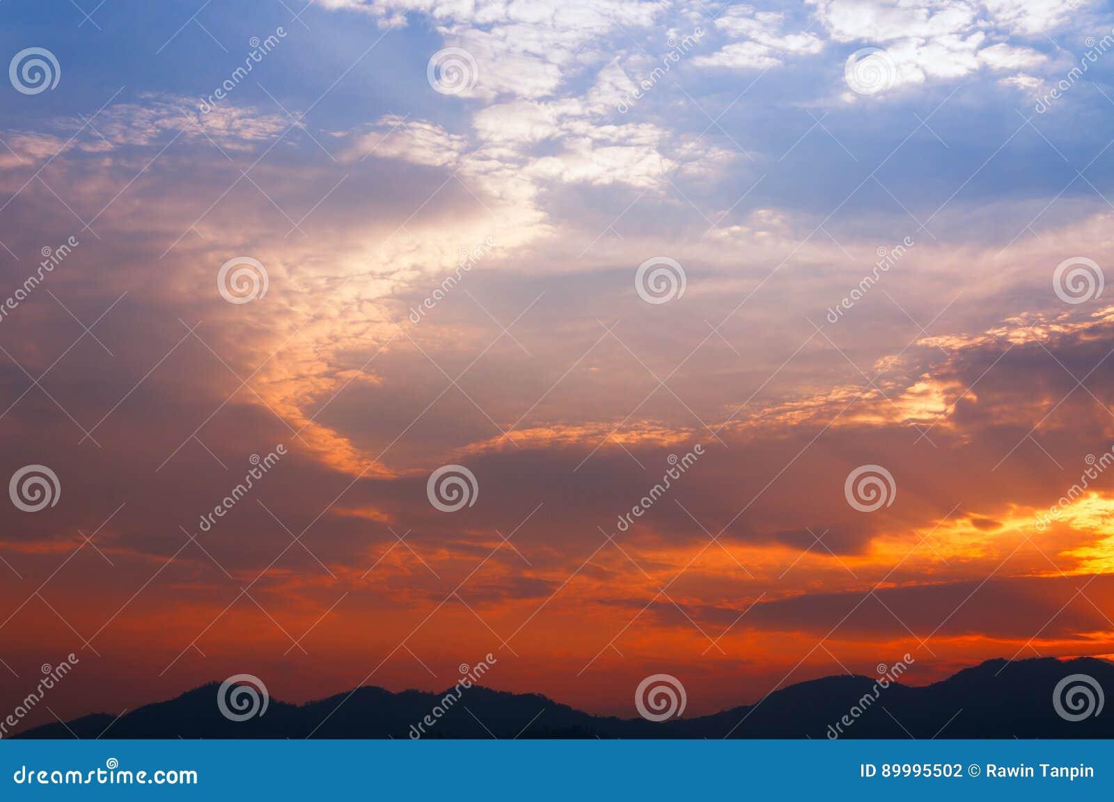 Paysage De Vue De Coucher Du Soleil Avec La Montagne De