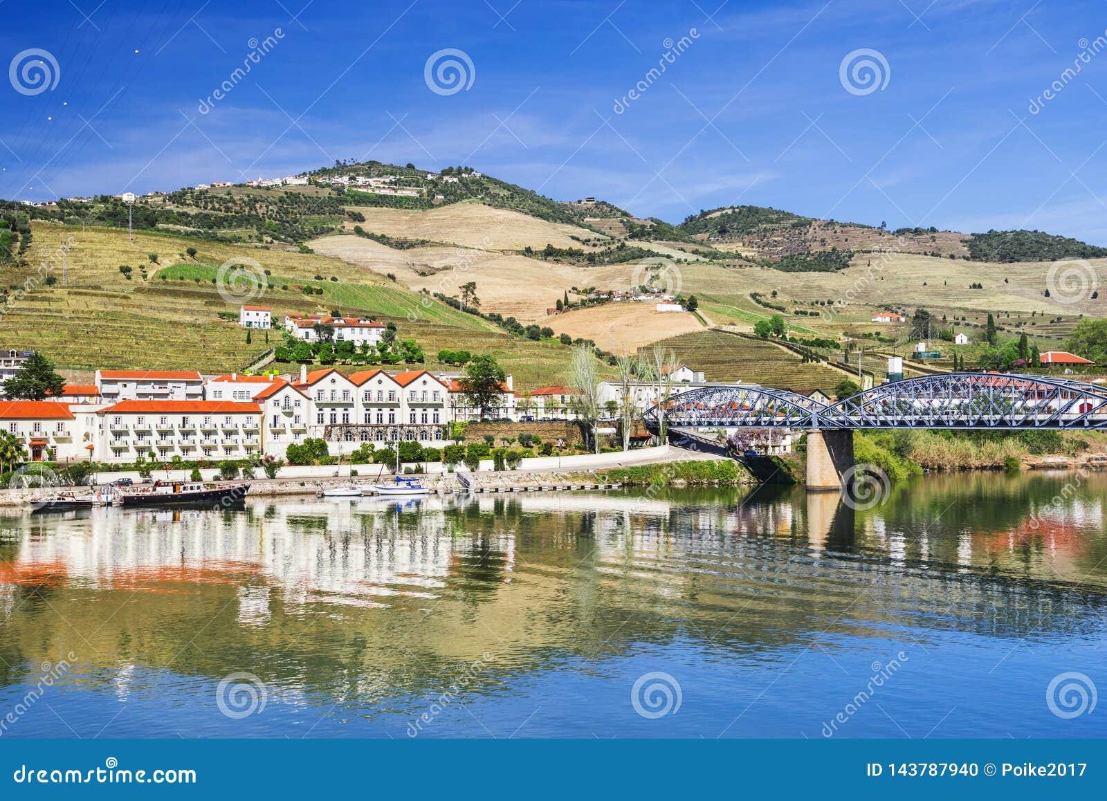 Paysage et vignobles en vallée de Douro avec le village de Pinhao, Portugal
