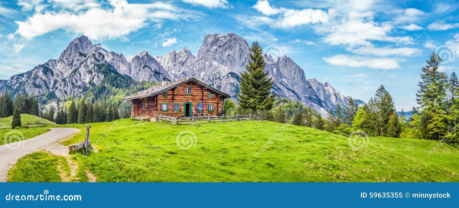 paysage idyllique dans les alpes avec le chalet de montagne image stock image du herbe. Black Bedroom Furniture Sets. Home Design Ideas