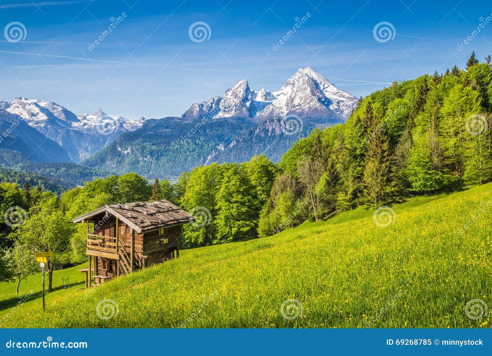 paysage idyllique de montagne avec le vieux chalet dans les alpes dans le printemps image stock. Black Bedroom Furniture Sets. Home Design Ideas