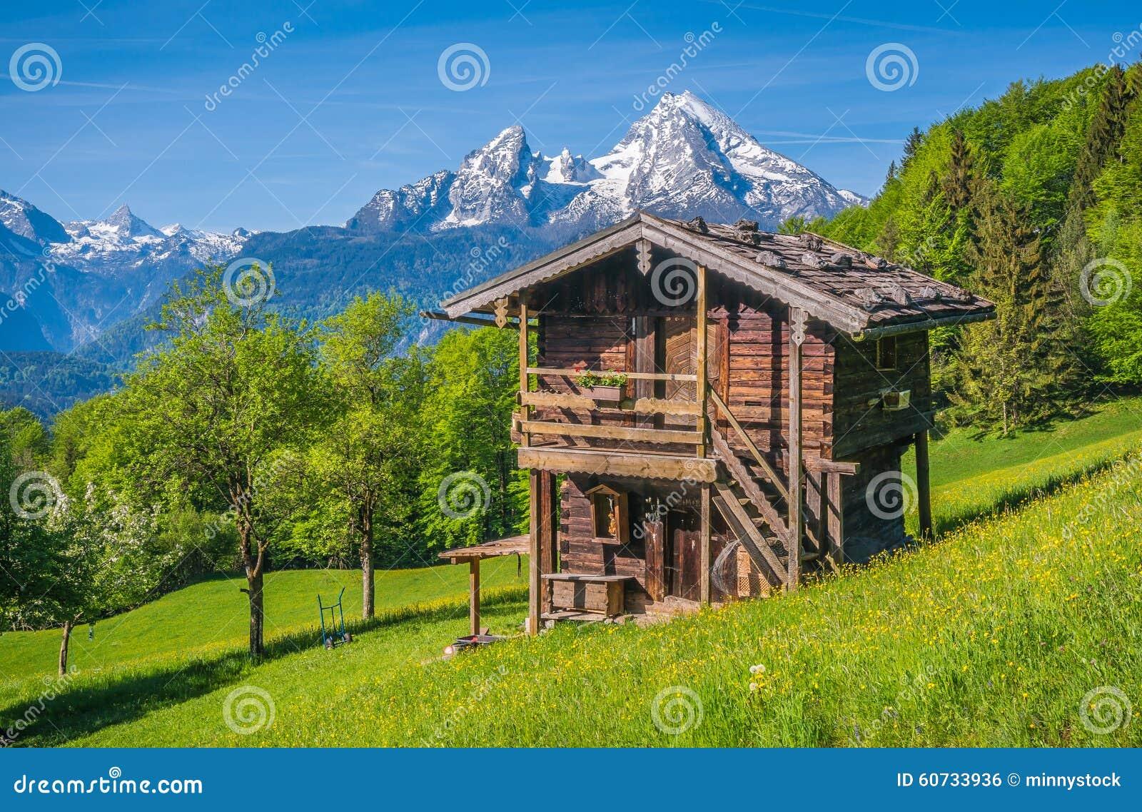 Paysage Idyllique De Printemps Dans Les Alpes Avec La Loge
