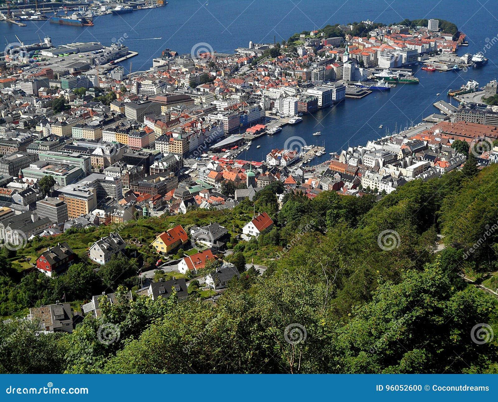 Paysage impressionnant de Bergen& x27 ; port de s et la zone résidentielle de flanc de coteau, Bergen