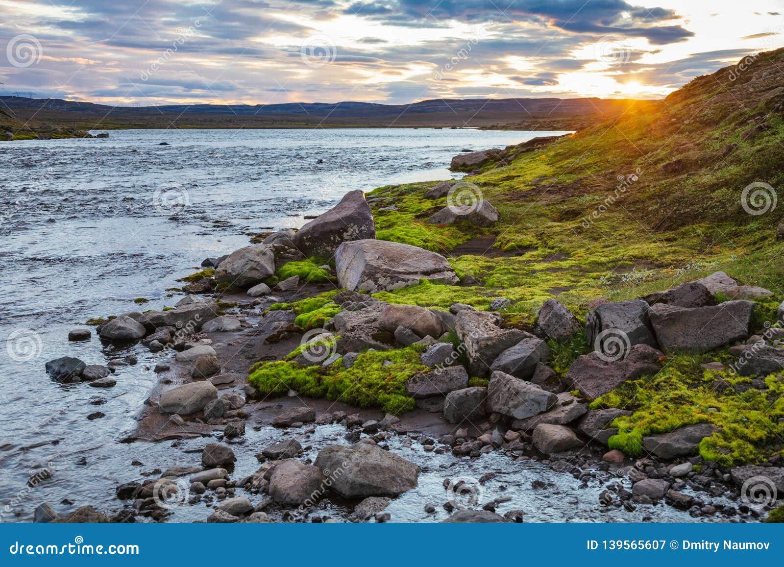 Paysage islandais d été avec le phénomène Islande Scandinavie du soleil de minuit
