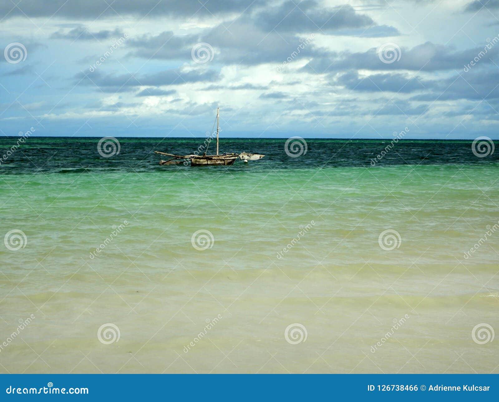 Paysage marin à l Océan Indien, voilier isolé sur l eau bleue claire