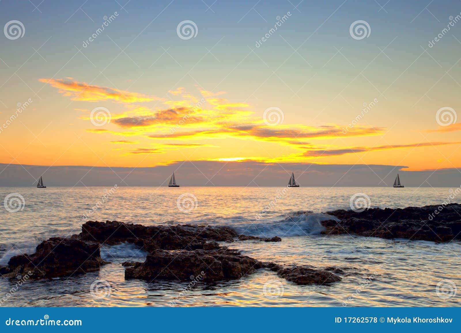 Paysage marin avec des bateaux à voile