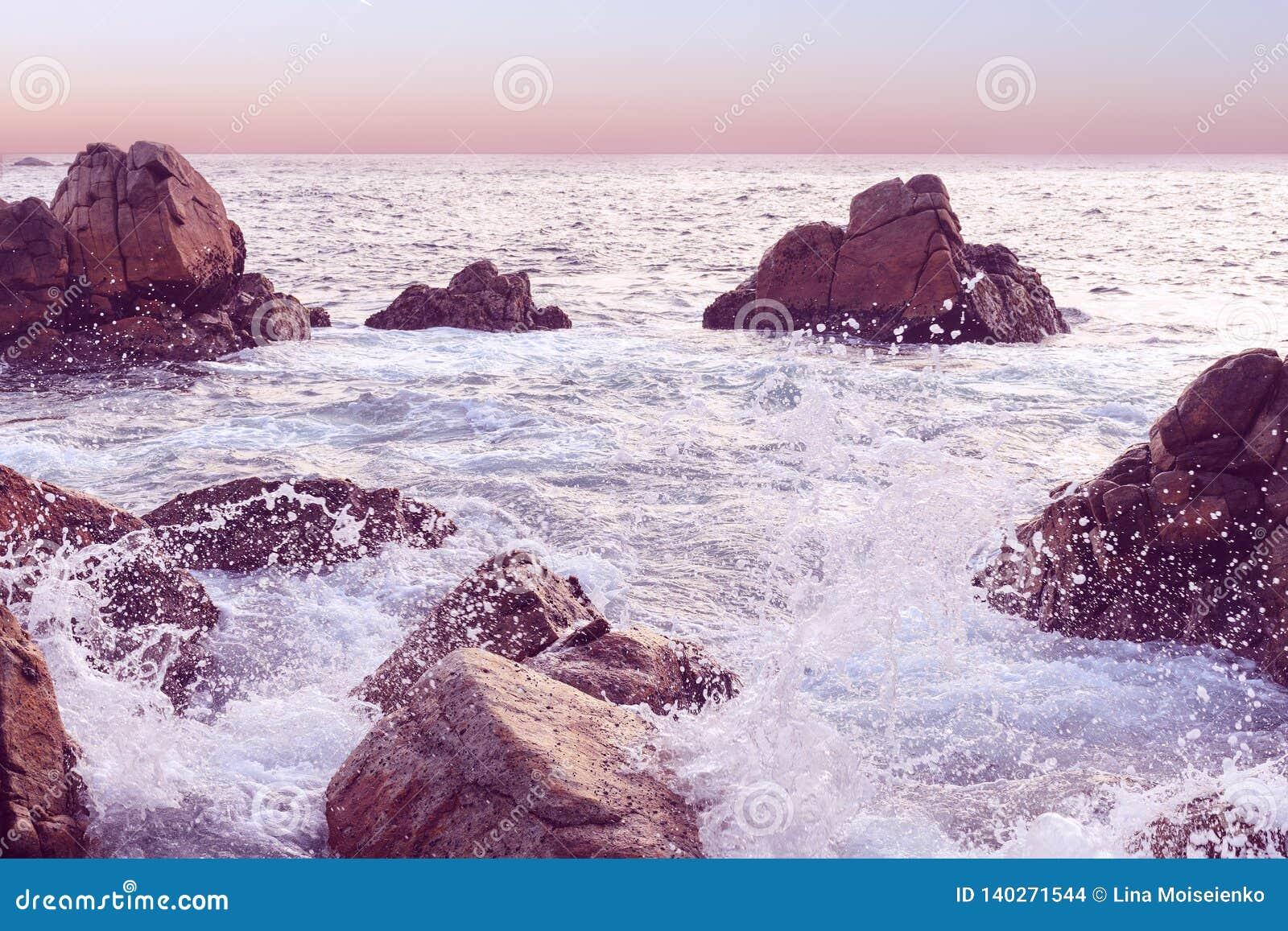 Paysage marin de coucher du soleil chez Sri Lanka Vague se brisant la roche Fond naturel dans le ton rose