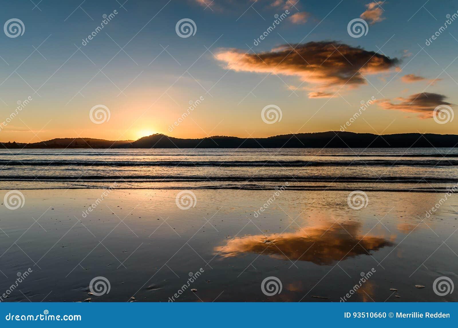 Paysage marin de lever de soleil avec des réflexions