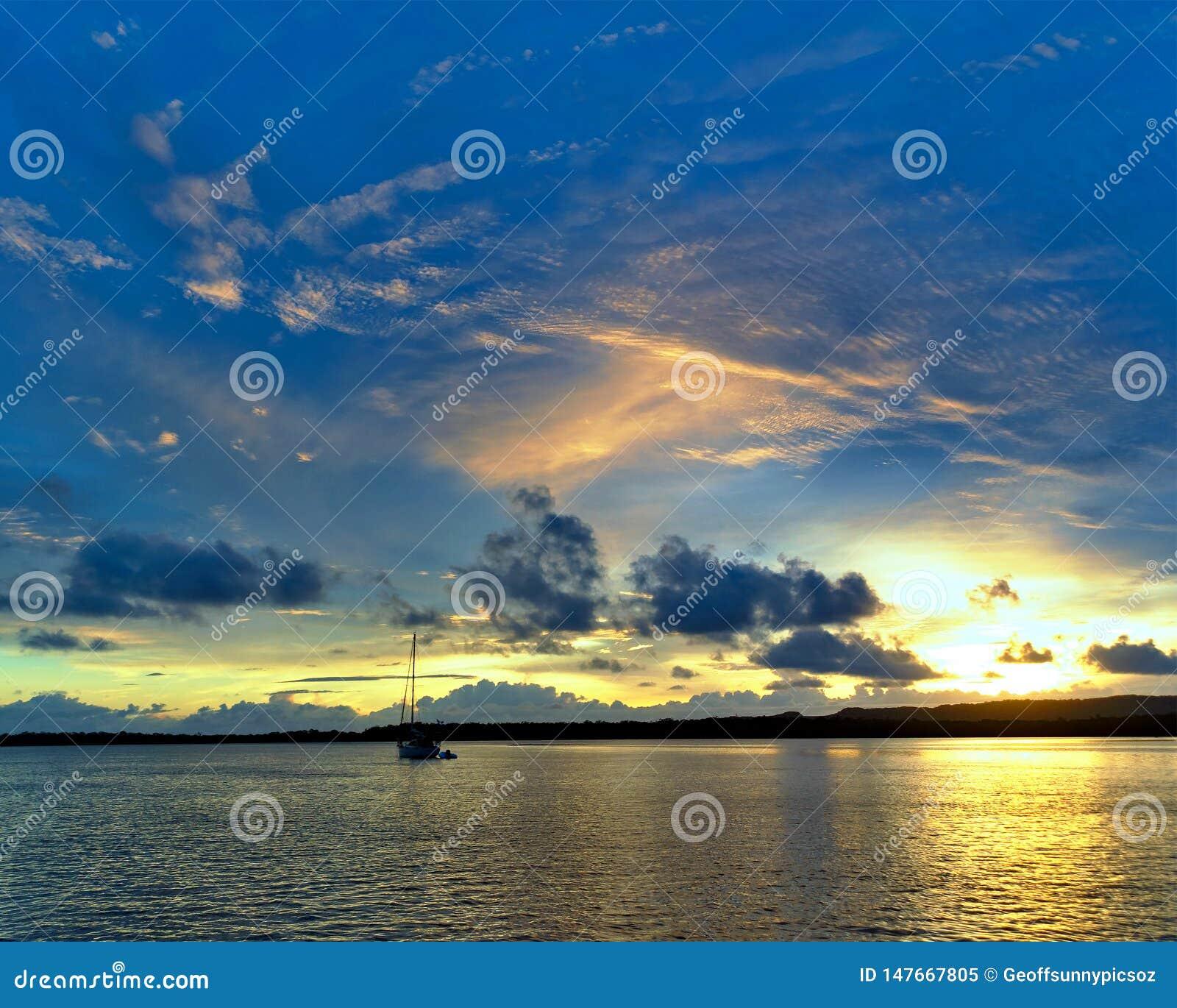 Paysage marin orange de lever de soleil de cirrus l australie