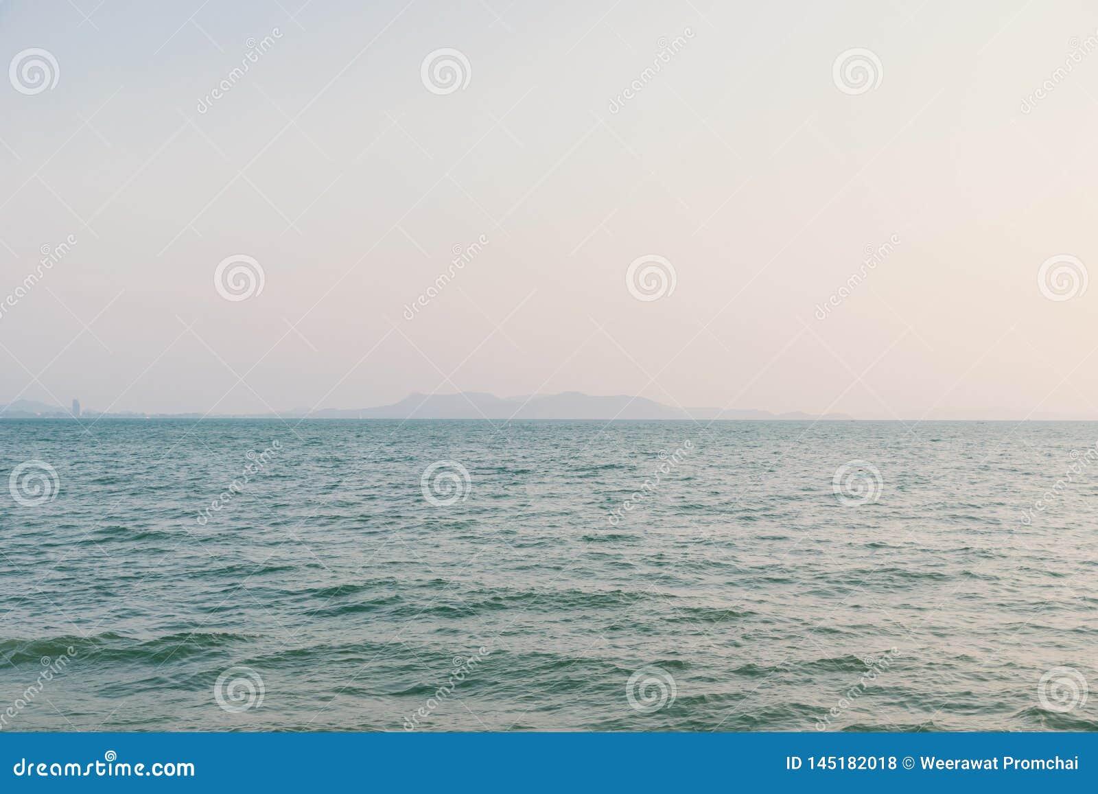 Paysage marin romantique d ?t? avec la mer clair comme de l eau de roche