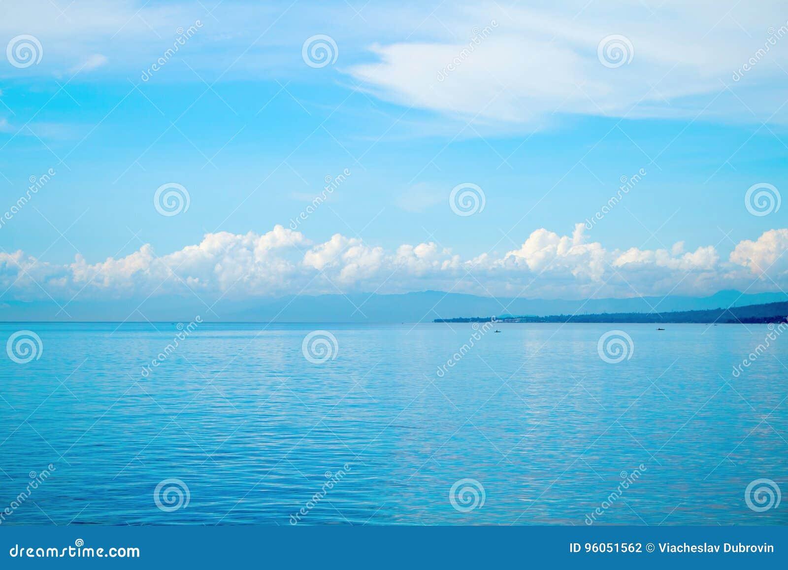 Paysage marin tropical avec l île éloignée et le ciel bleu Vue de détente de mer avec l eau de mer immobile