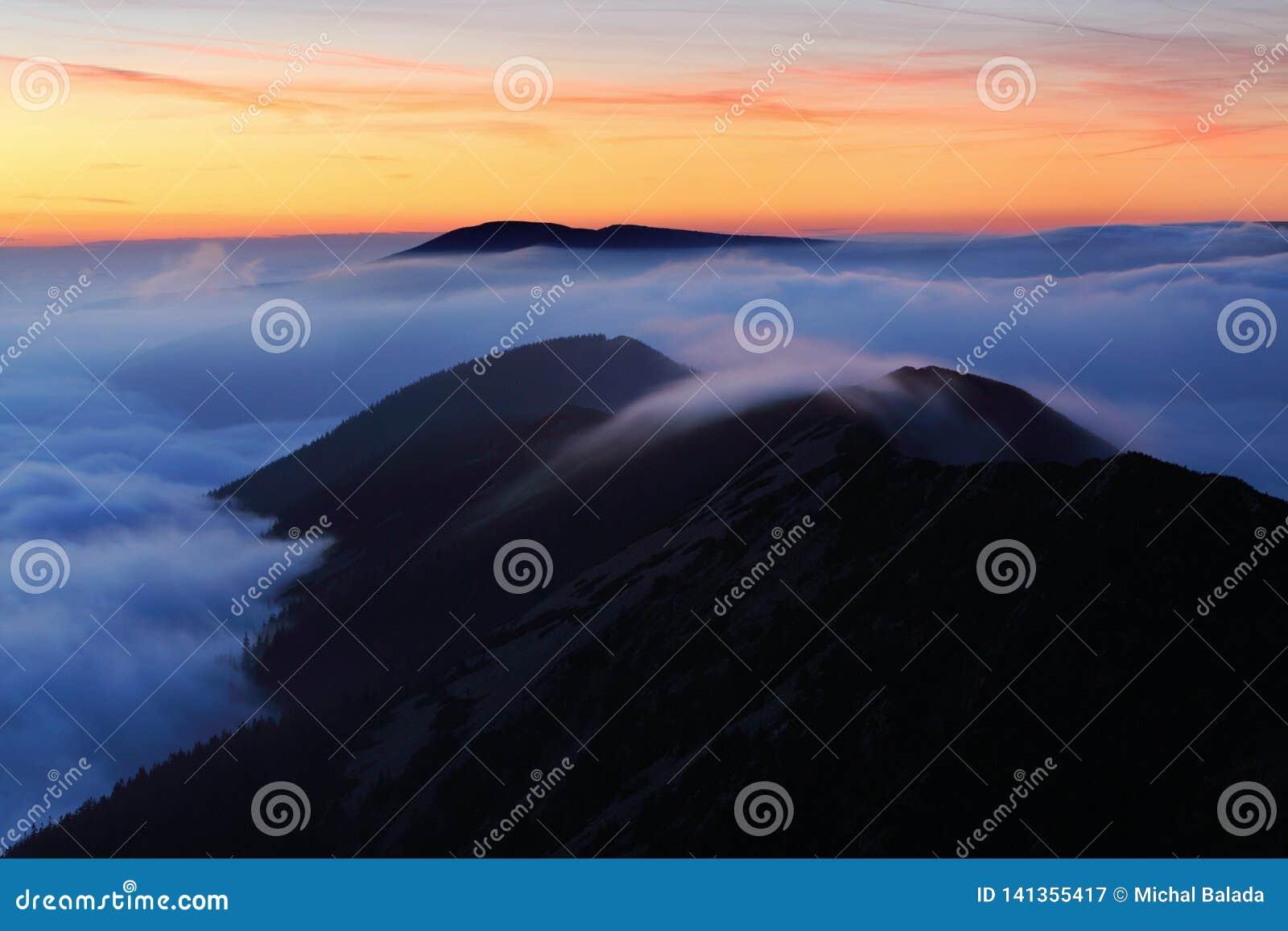 Paysage merveilleux, au-dessus des nuages au beau jour en automne, l Europe Paysage avec la vallée alpine de montagne, bas nuages