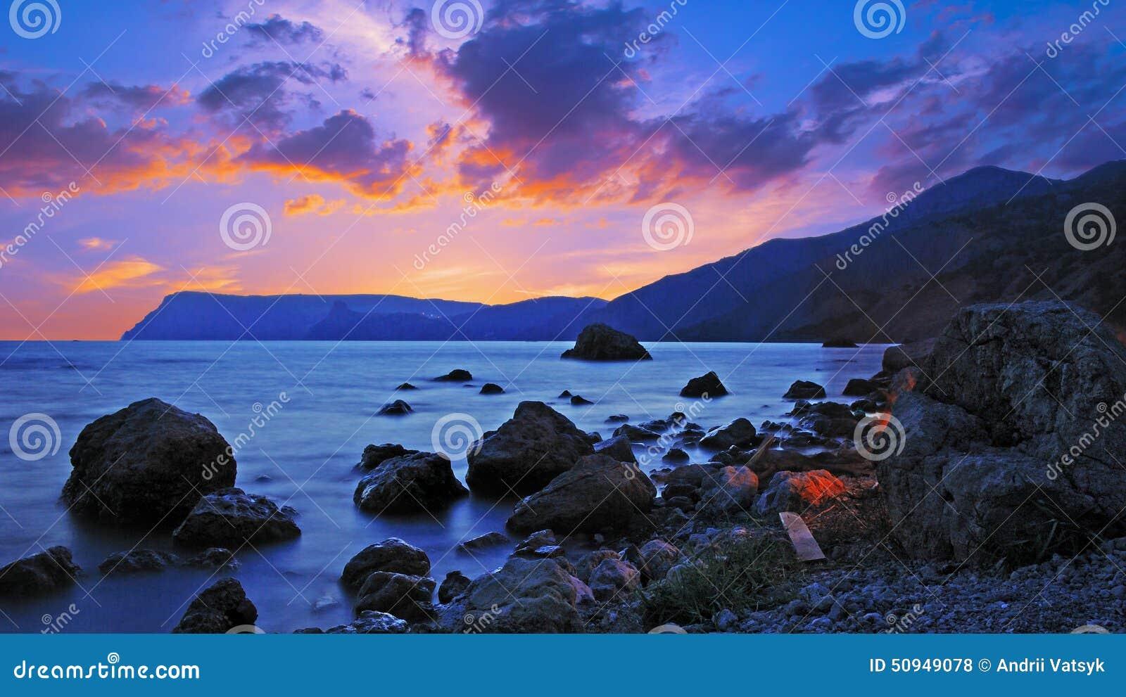 Paysage merveilleux avec des pierres sur le bord de la mer for Pierre mabille le miroir du merveilleux