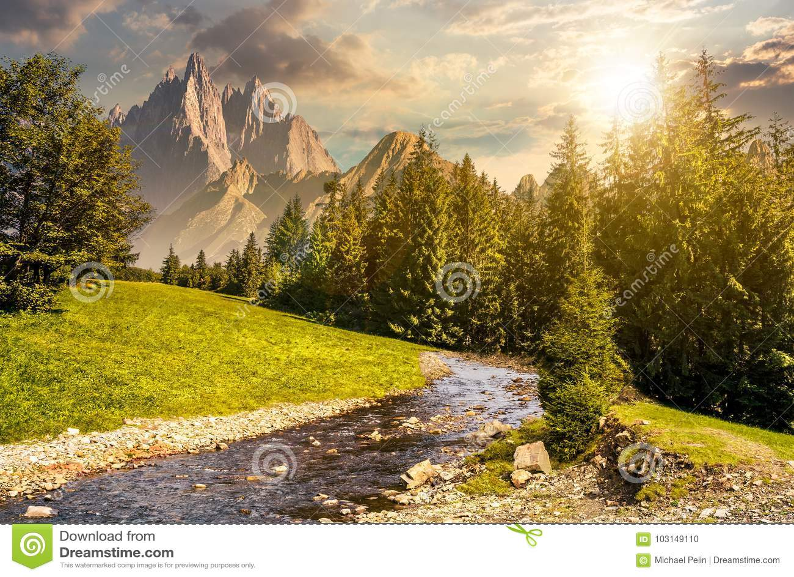 Paysage montagneux d été de conte de fées au coucher du soleil