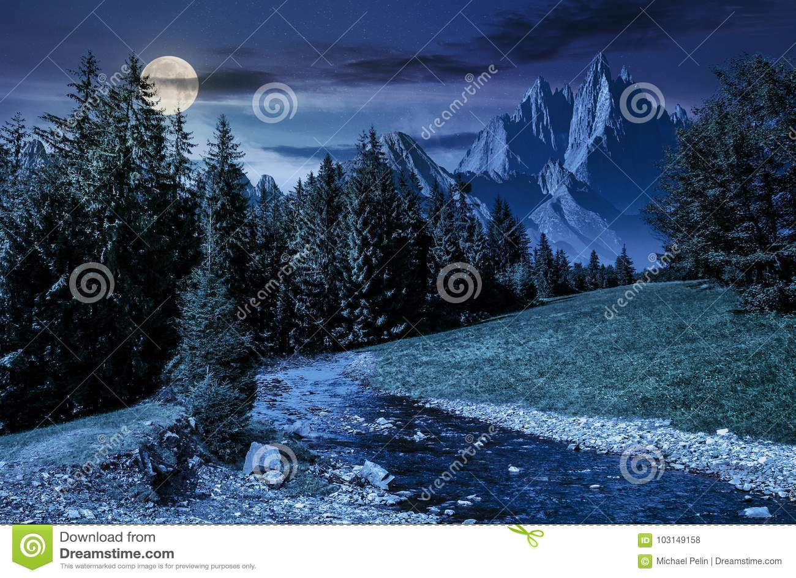 Paysage montagneux d été de conte de fées la nuit