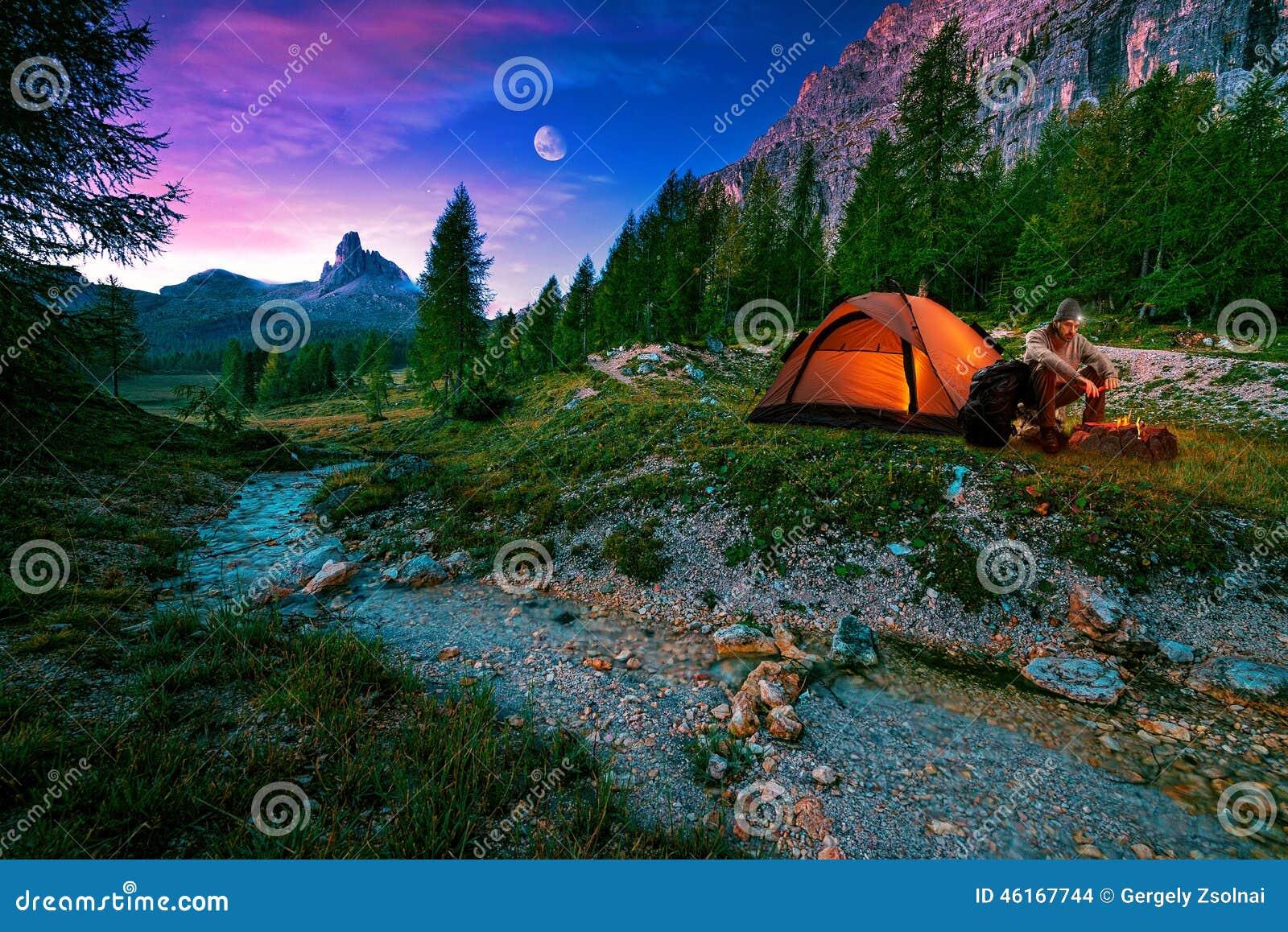 Paysage mystique de nuit, dans la hausse de premier plan, le feu de camp et la tente
