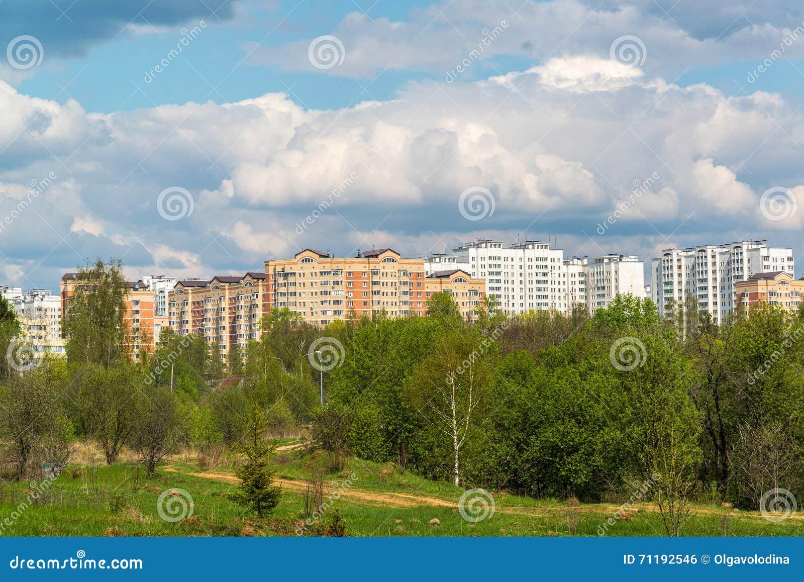 Paysage naturel d 39 t avec la ville dans la distance photo for Ville nature