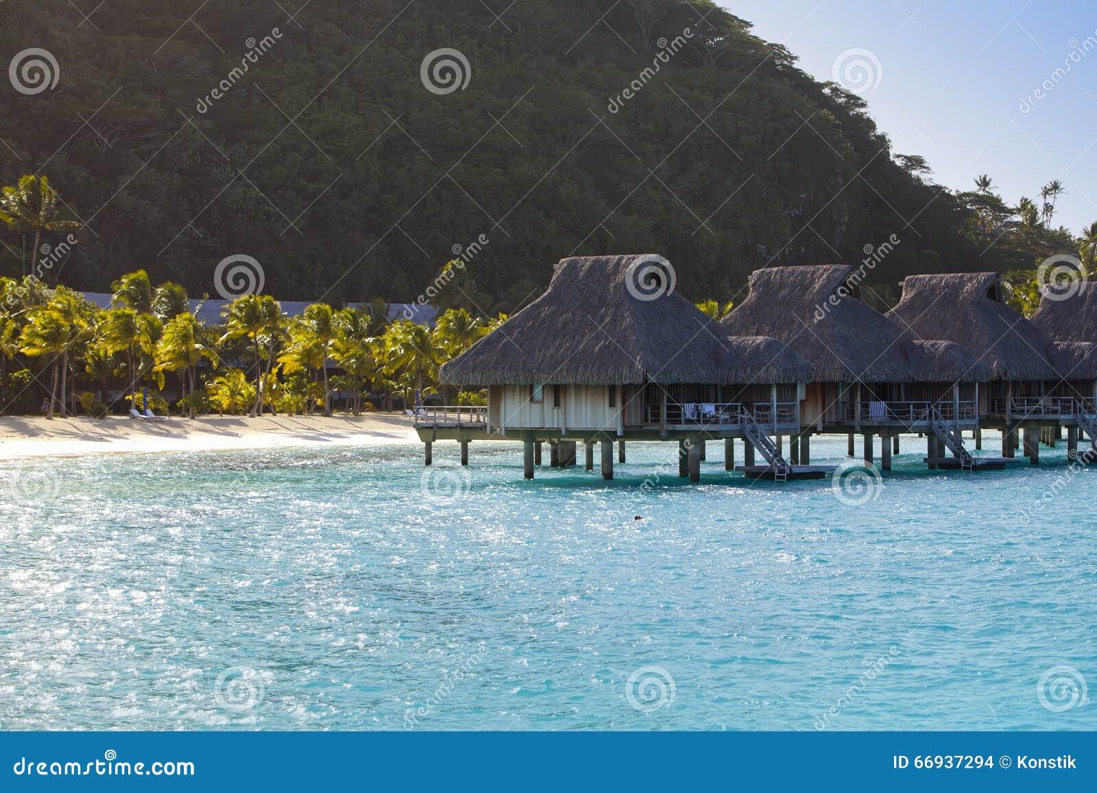 paysage polyn sien typique le avec des palmiers et de petites maisons sur l 39 eau dans l 39 oc an. Black Bedroom Furniture Sets. Home Design Ideas