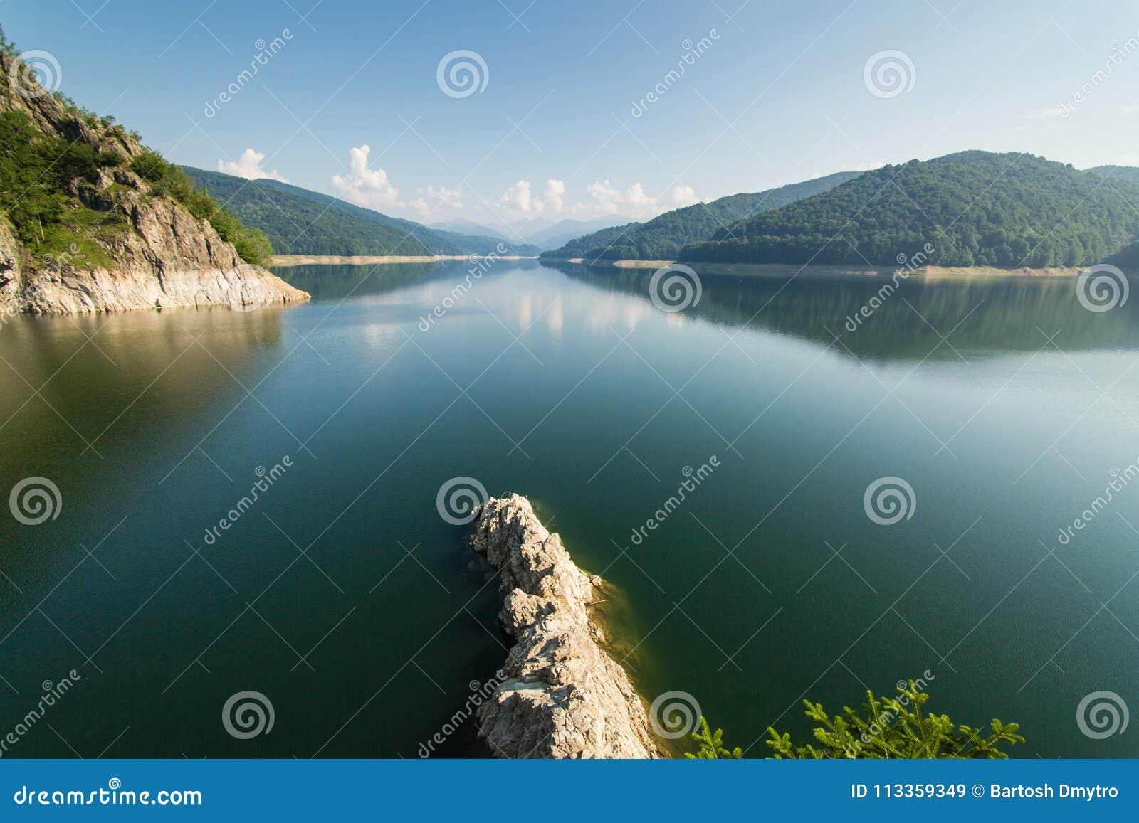 Paysage roumain célèbre : Lac Vidraru dam, en Roumanie