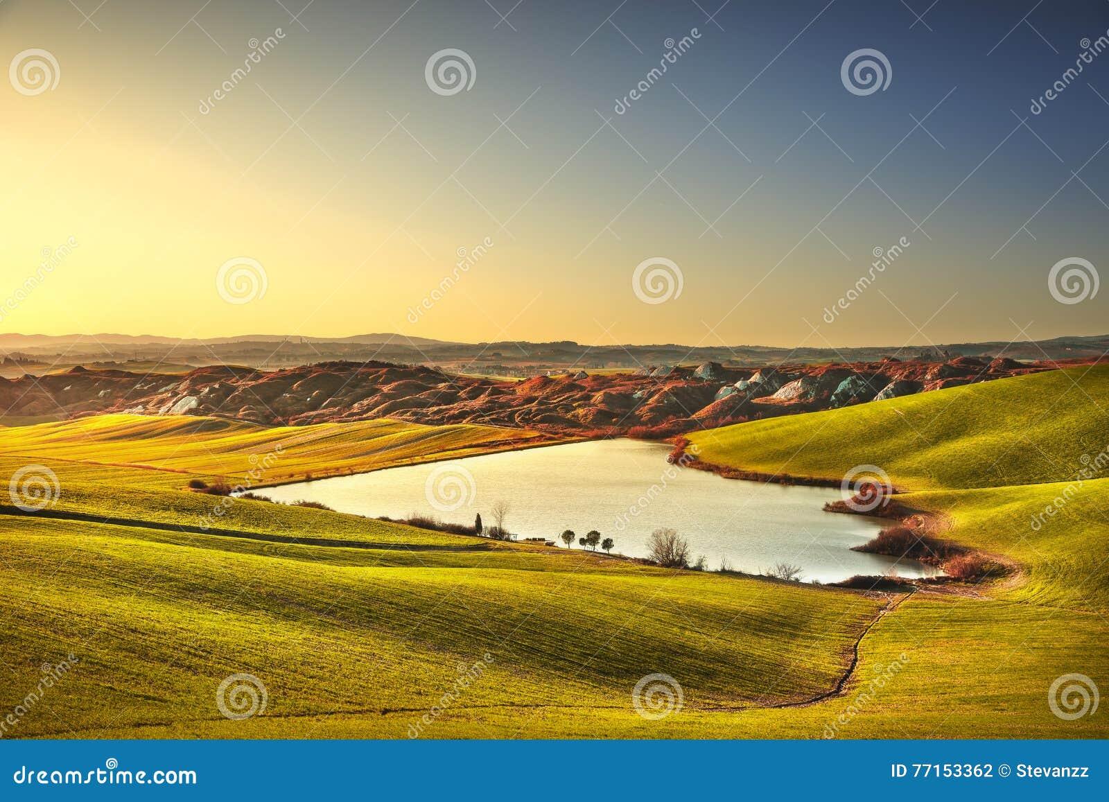 Paysage rural de la Toscane, Crète Senesi sur le coucher du soleil, Italie Lac et
