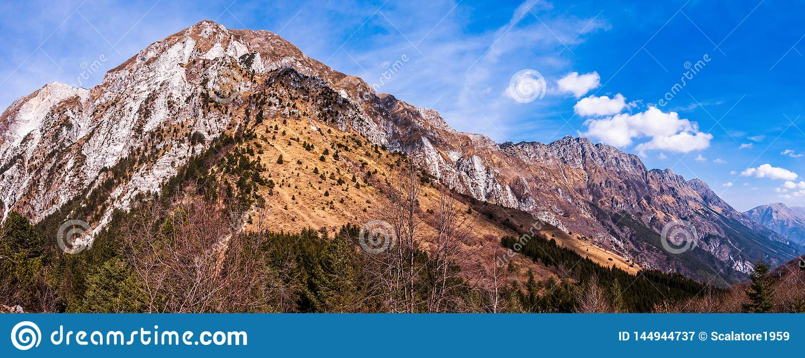 Paysage stupéfiant de montagne avec vif coloré sur le ciel nuageux, fond extérieur naturel de voyage Alpes Friuli Italie