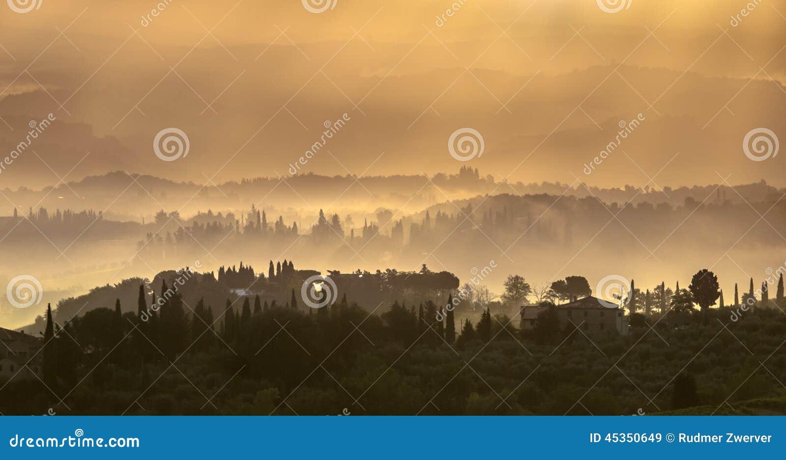 Paysage toscan pendant le début de la matinée