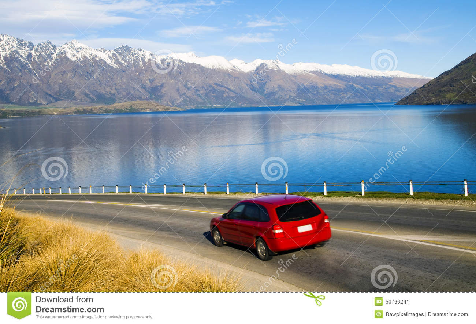 Paysage tranquille de chaîne de montagne au delà de la route