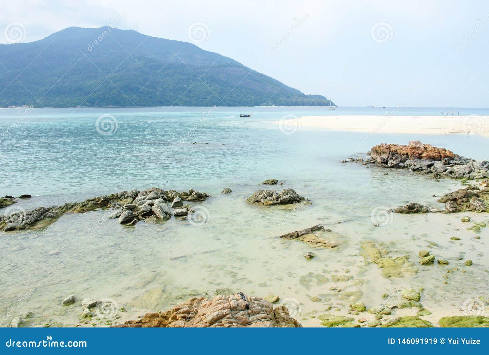 Paysage tropical de mer avec des montagnes et des roches