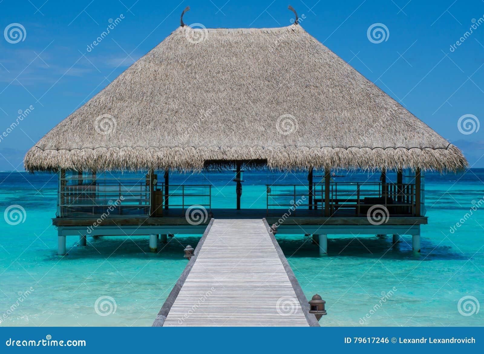 paysage tropical de plage avec le pont en bois et la maison sur l 39 eau chez les maldives photo. Black Bedroom Furniture Sets. Home Design Ideas
