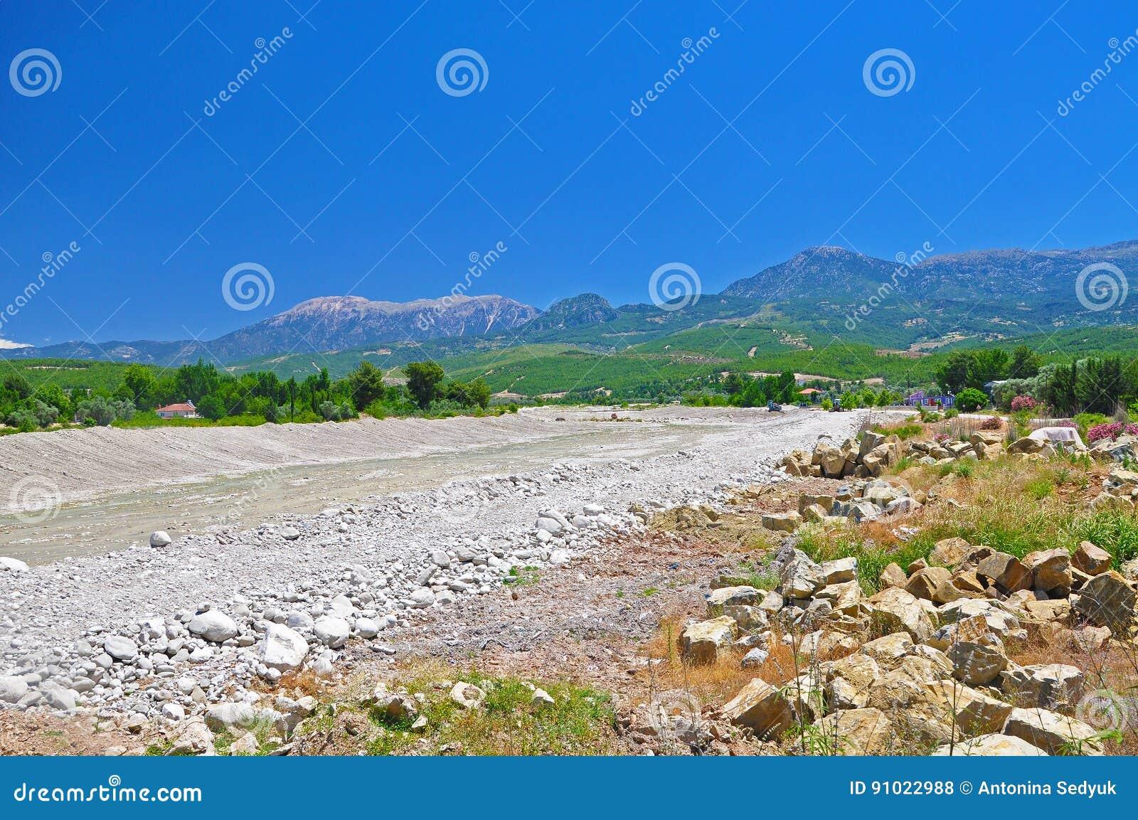 paysage turc le lit sec d 39 une rivi re de montagne photo stock image 91022988. Black Bedroom Furniture Sets. Home Design Ideas