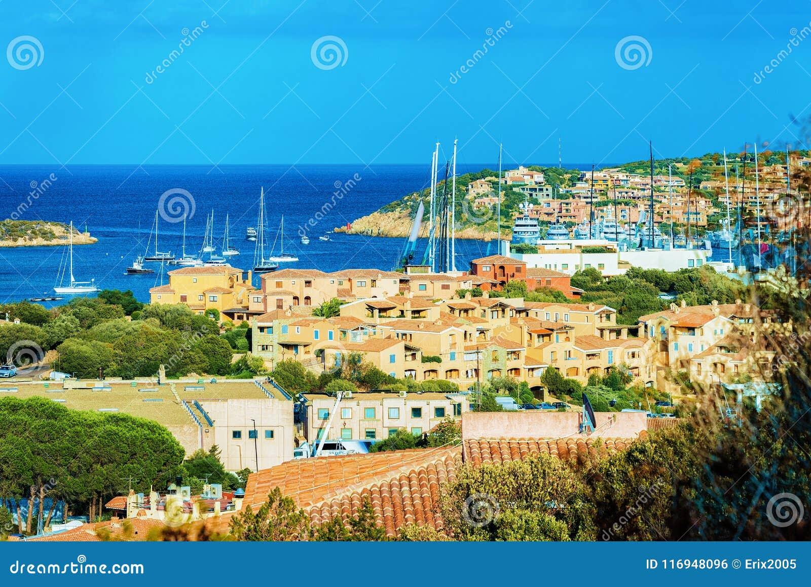 Paysage urbain avec les yachts de luxe à la marina Porto Cervo Sardaigne Italie
