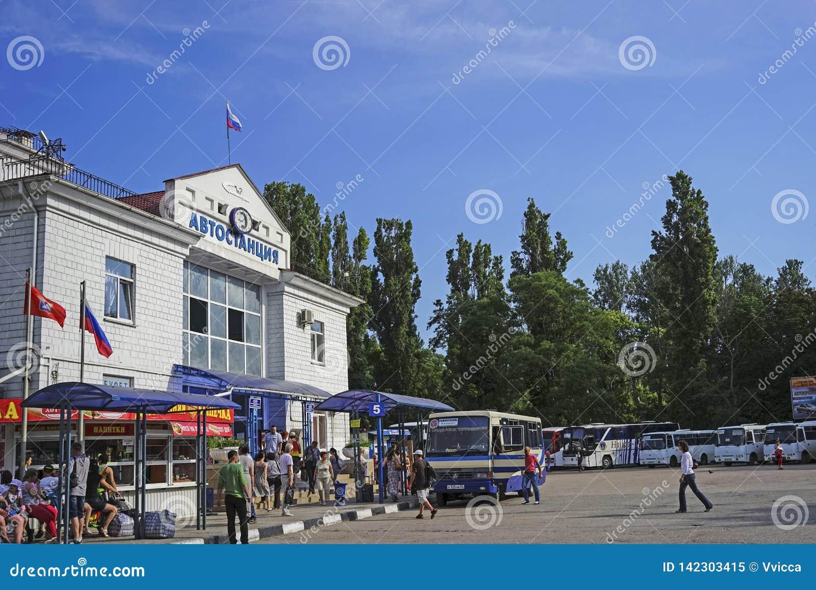 Paysage urbain avec vue sur le bâtiment de la station de voiture