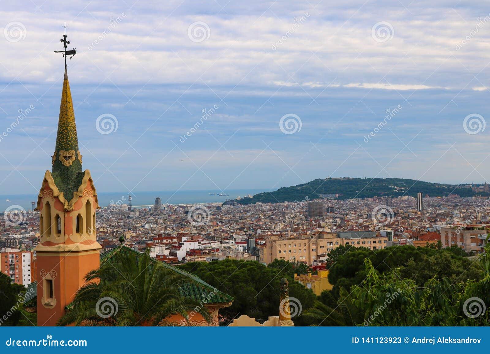 Paysage urbain de Barcelone, pris près de Parc Guell en juin 2018