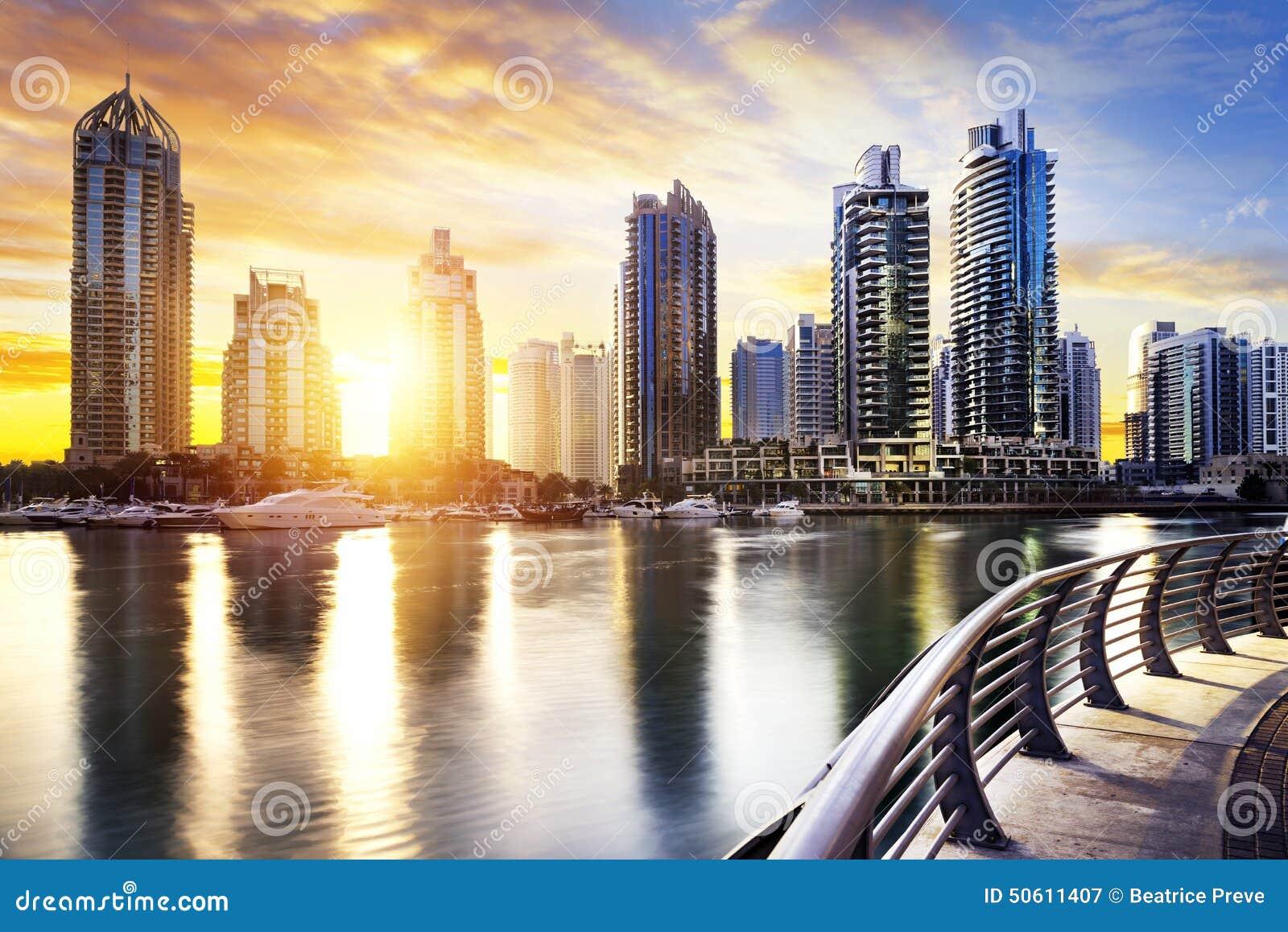 paysage urbain de duba la nuit emirats arabes unis image stock image du bleu m tropole. Black Bedroom Furniture Sets. Home Design Ideas