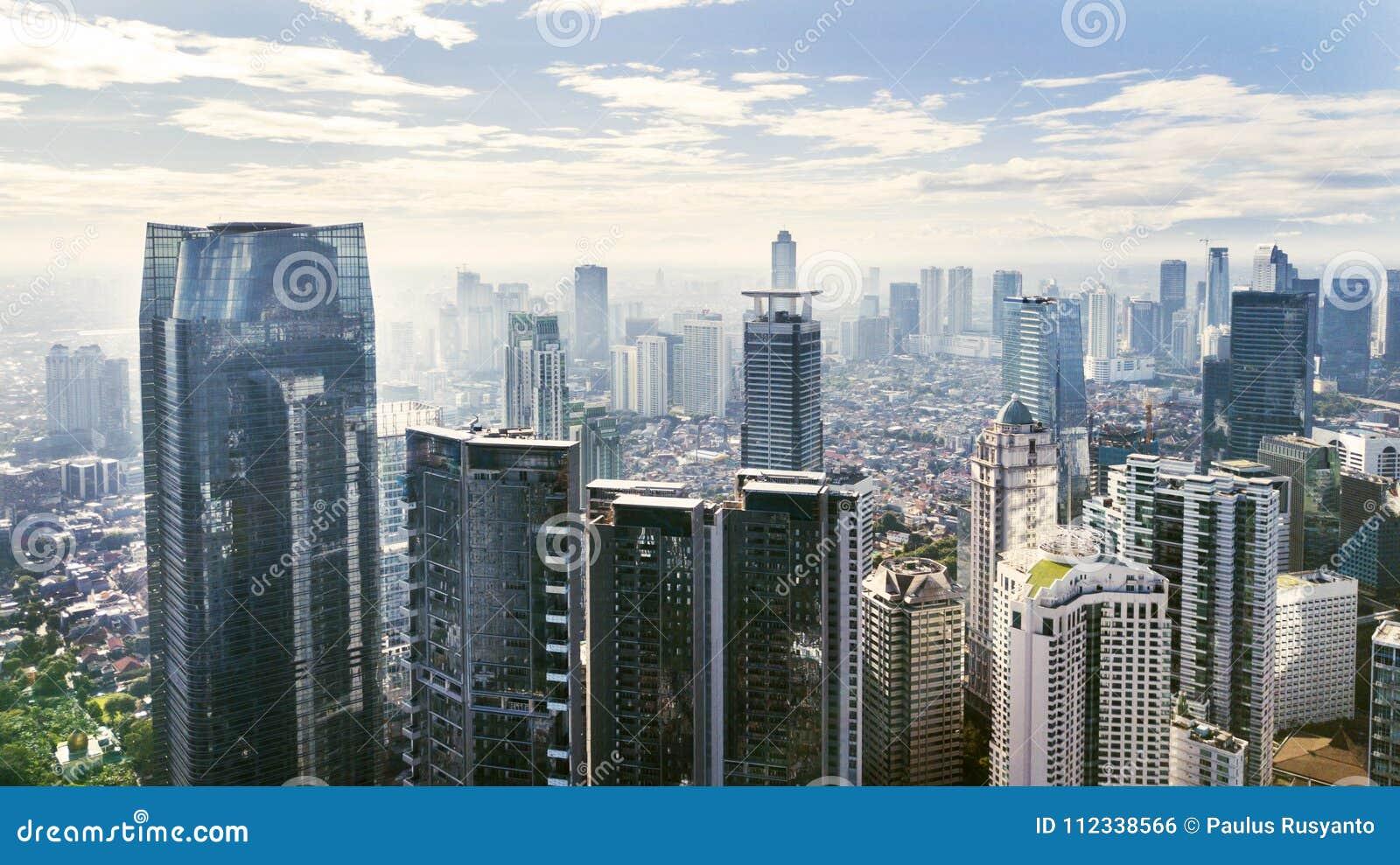 Paysage urbain de jakarta avec les immeubles et les appartements de