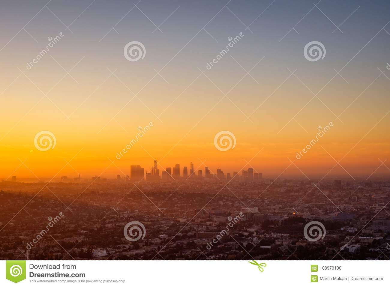 paysage urbain de los angeles vu de l 39 observatoire de griffith au lever de soleil photo stock. Black Bedroom Furniture Sets. Home Design Ideas