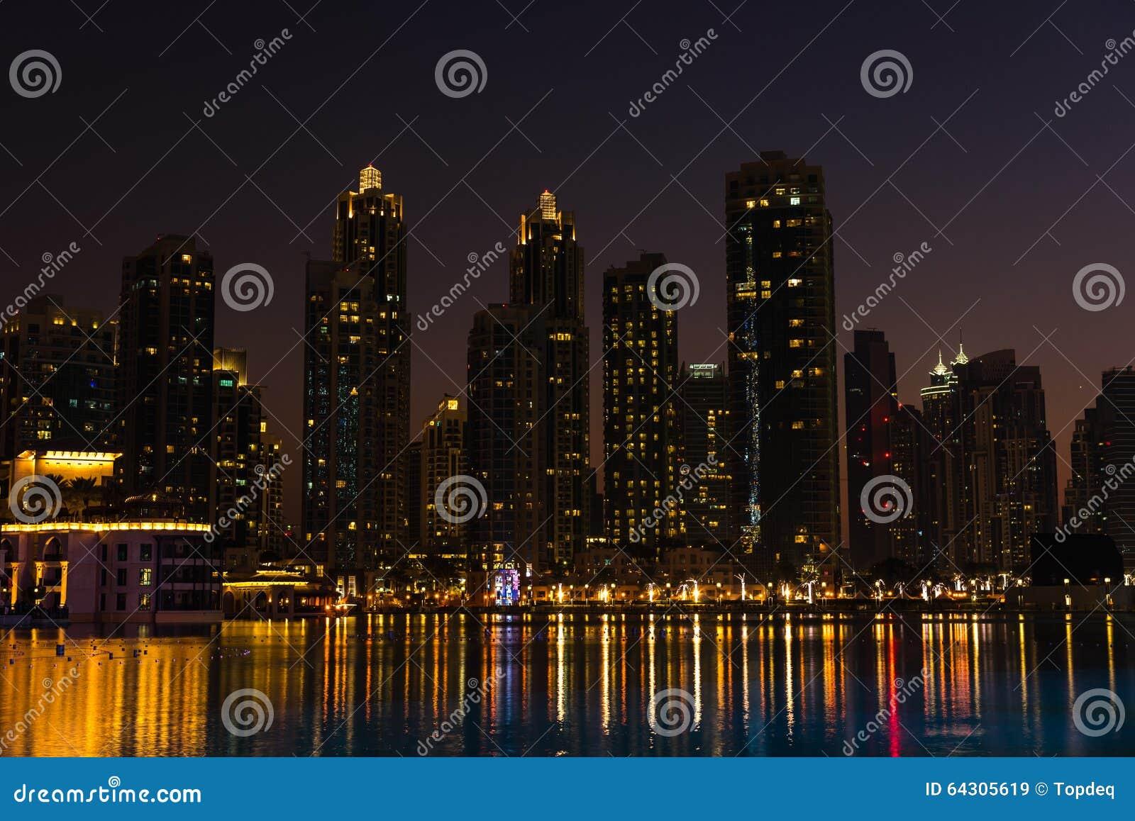 paysage urbain de nuit de ville de duba emirats arabes unis photo stock image 64305619. Black Bedroom Furniture Sets. Home Design Ideas