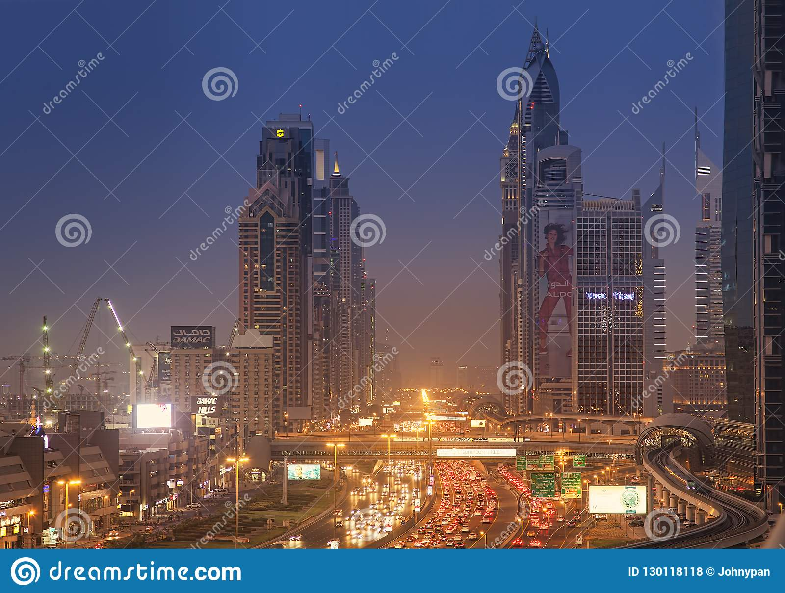 Paysage urbain de nuit de ville de Dubaï, Emirats Arabes Unis
