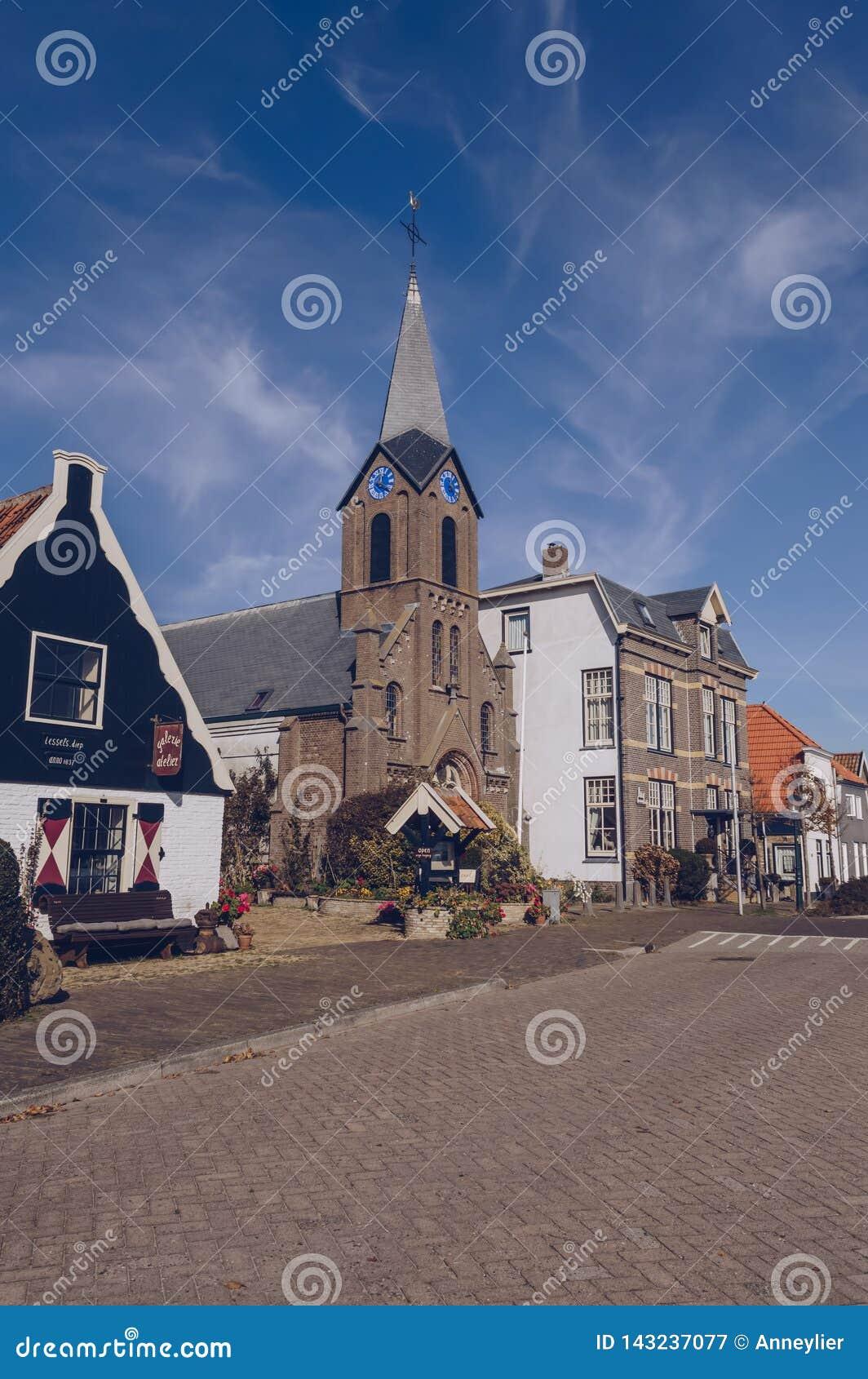 Paysage urbain de petite ville Oudeschild à l île de Texel
