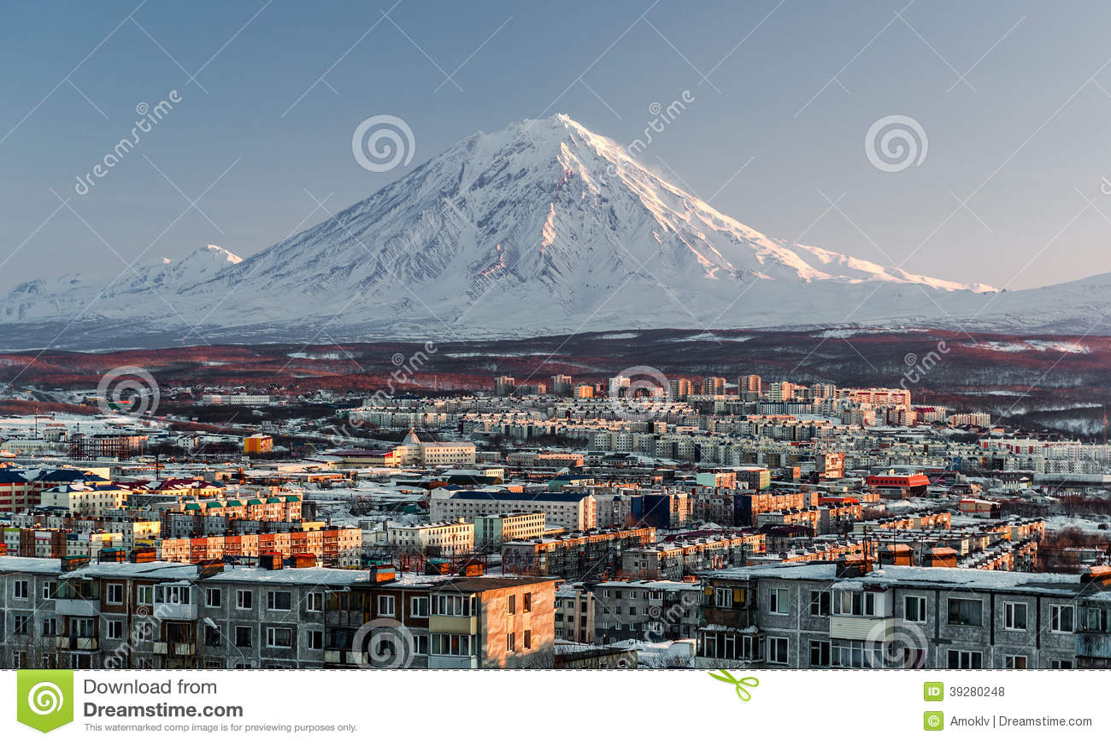 Paysage urbain de Petropavlovsk-Kamchatsky et volcan de Koryaksky