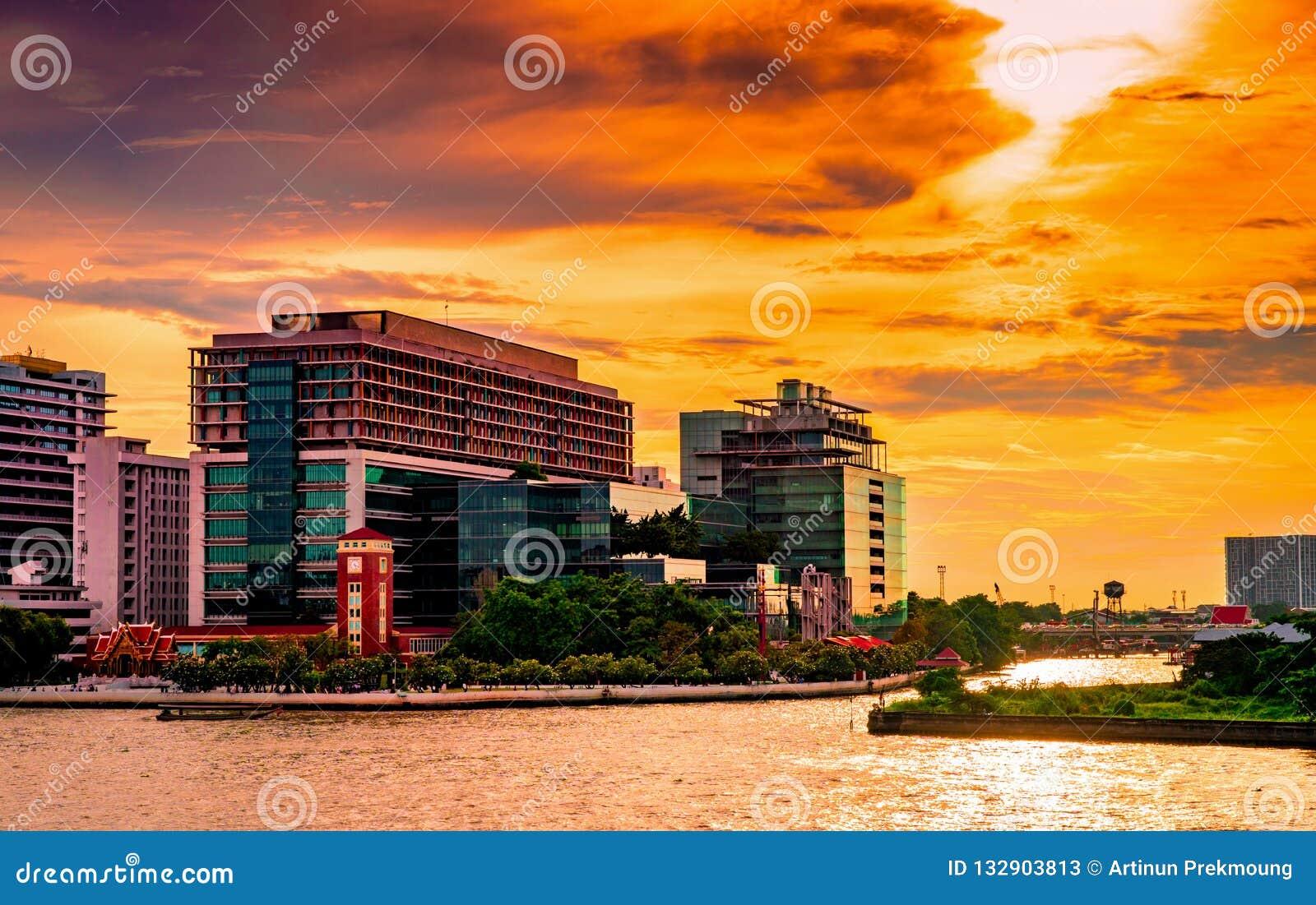 Paysage urbain du bâtiment moderne près de la rivière pendant le matin au lever de soleil Immeuble de bureaux moderne d architect