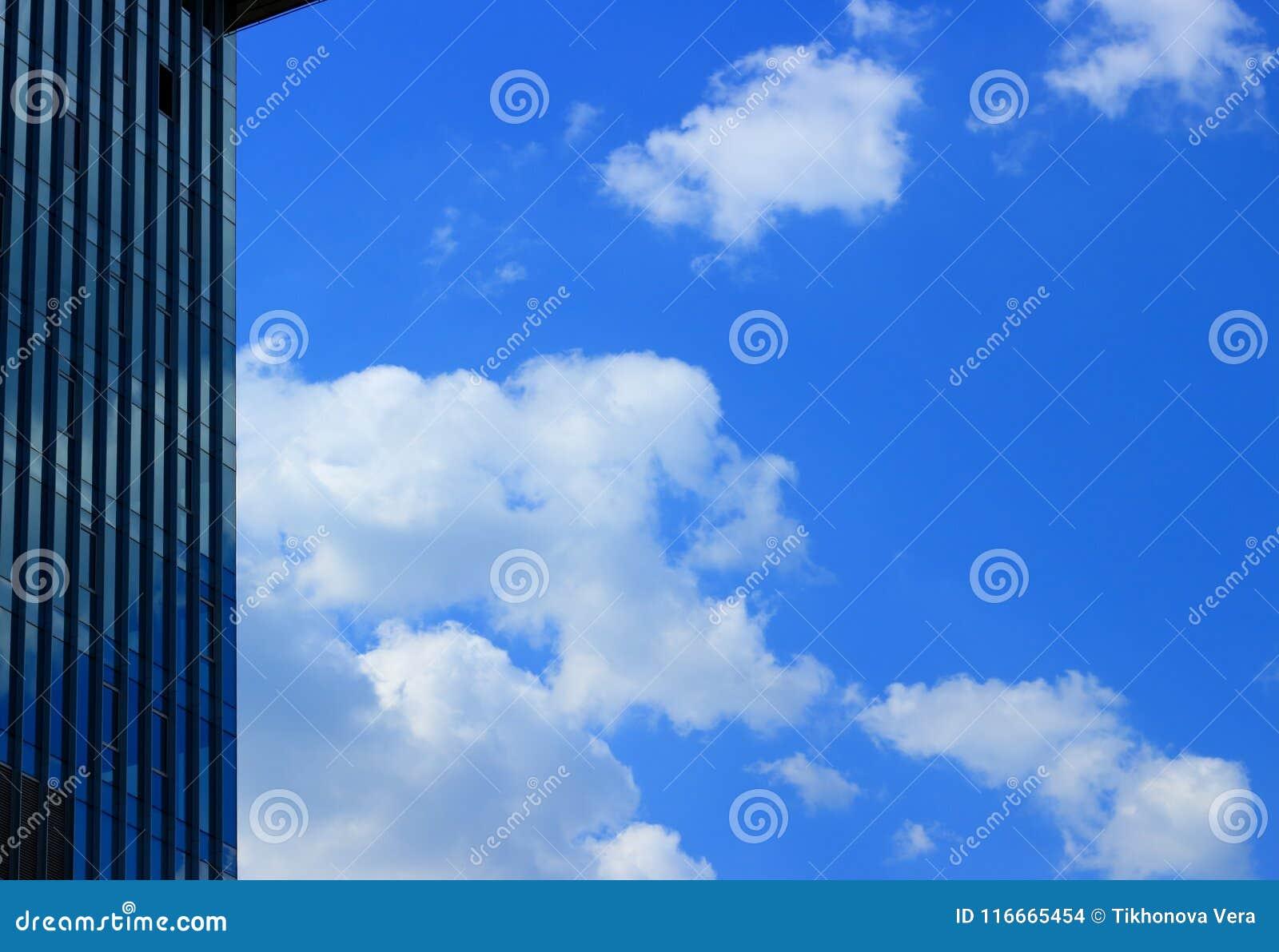 Paysage urbain moderne avec des nuages