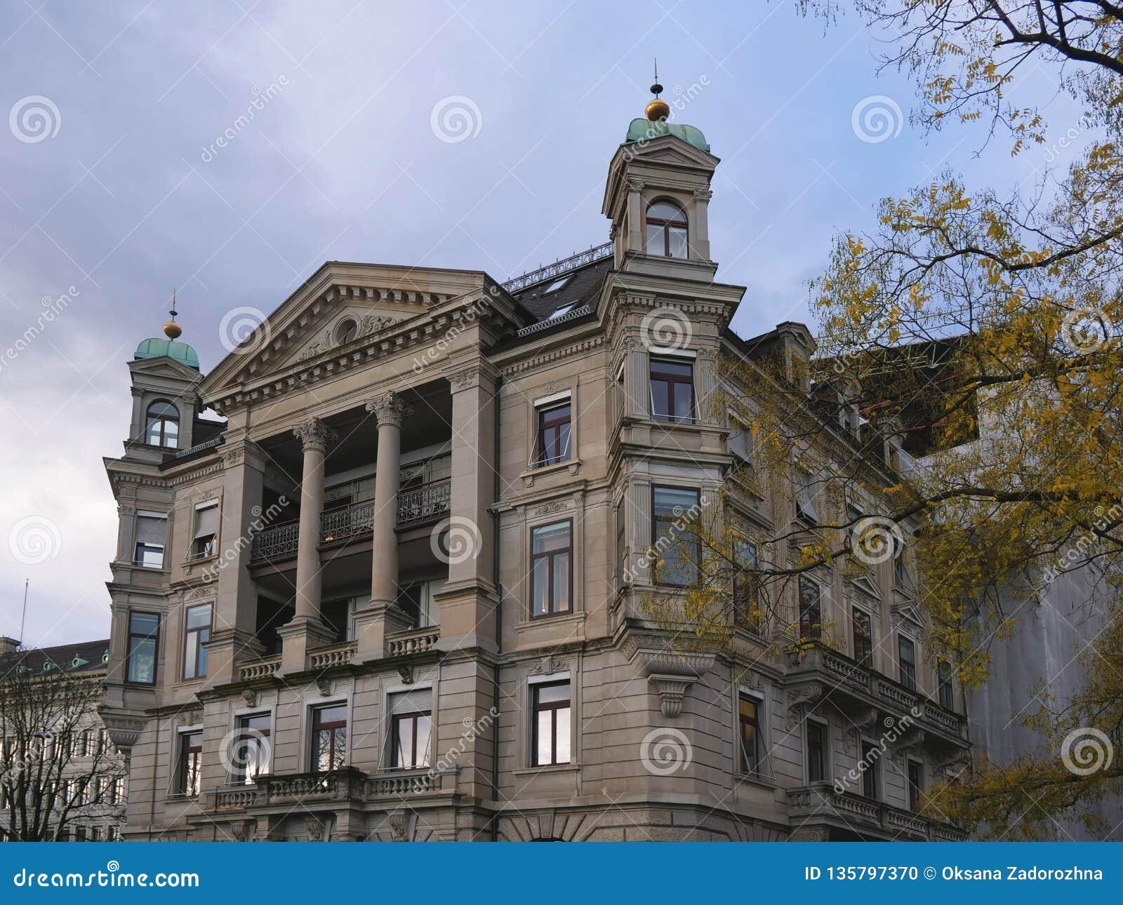 Paysage urbain suisse classique au jour pluvieux d automne, Zurich, Suisse