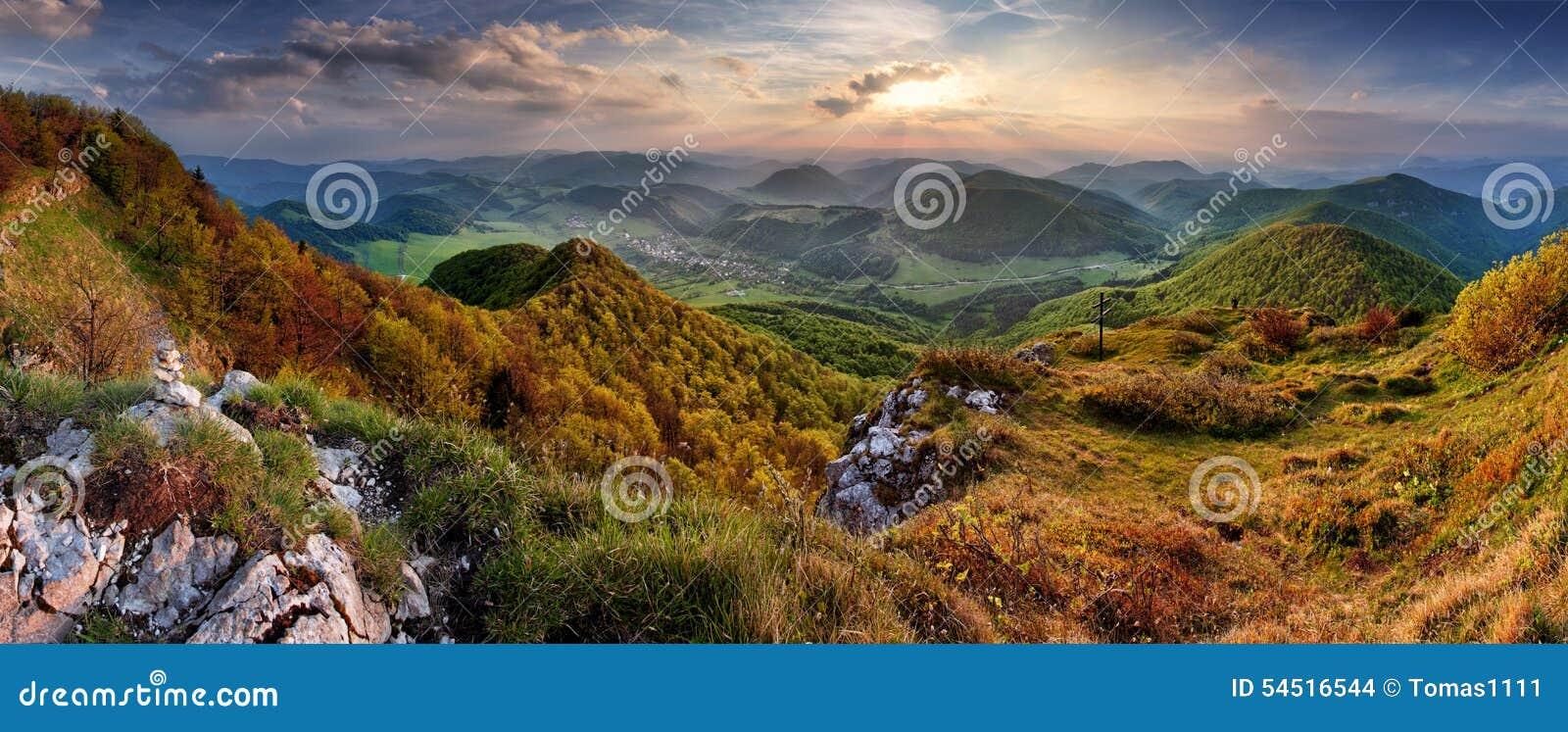 Paysage vert de nature de montagne de la Slovaquie de ressort avec le soleil et l hôte