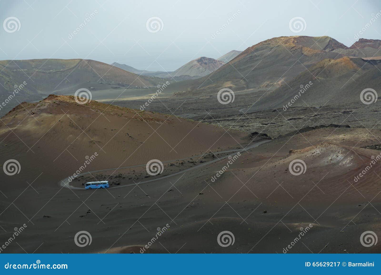 Paysage volcanique, Lanzarote, Espagne, cratères, autobus touristique bleu