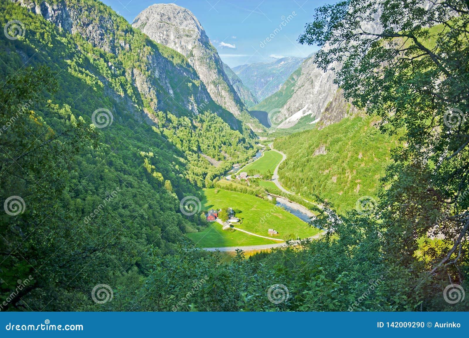 Paysages norvégiens stupéfiants sur la route de Stalheimskleiva pendant un tour d autobus Gudvangen - Voss