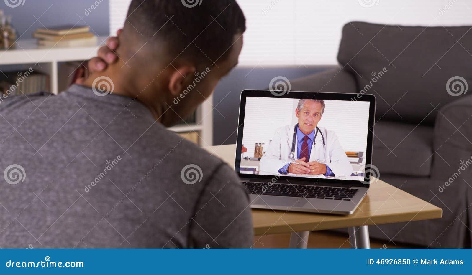 Paziente che discute i problemi sanitari con medico online