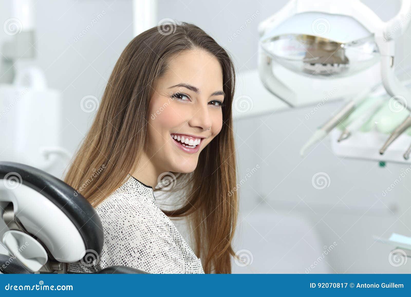 Paziente del dentista che mostra sorriso perfetto dopo il trattamento